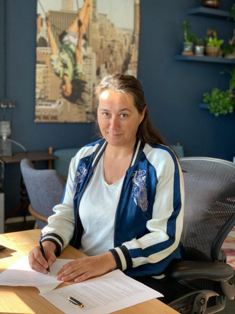 Carolien Vader van Bladendokter.nl tekent het contract voor de publicatie van Content Playbook